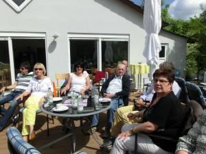 Tennismitglieder und Gäste auf der Terrasse